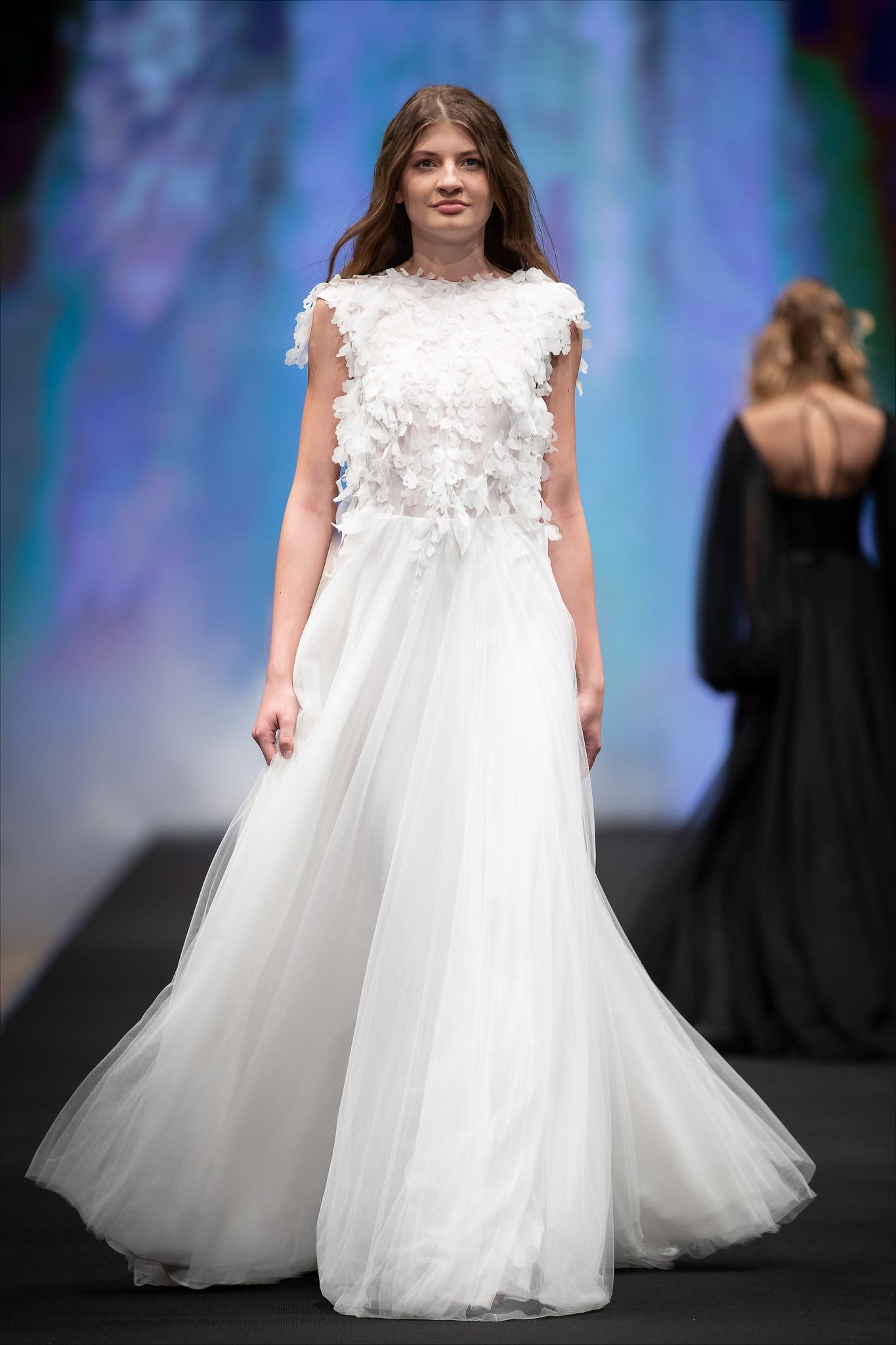 b51cf9b156 Most már csak az kell, hogy a magyar menyasszonyok a tervező által  megalkotott rebellis női képet nyitottak legyenek magukávé tenni és készek  legyenek egy ...